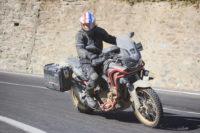 Honda Motorrad auf Landstraße unterwegs