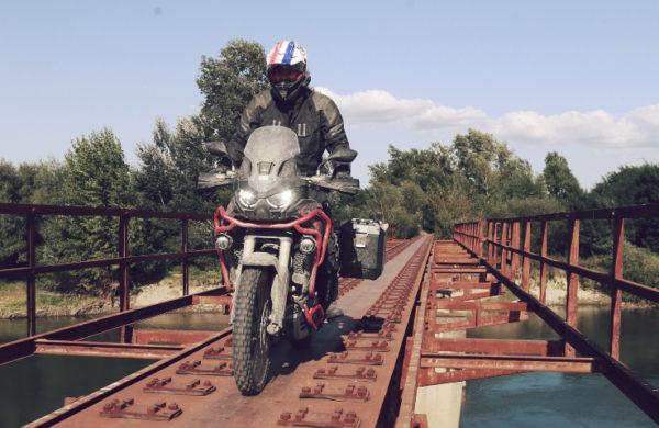 Honda Motorrad fährt über rostige Brücke