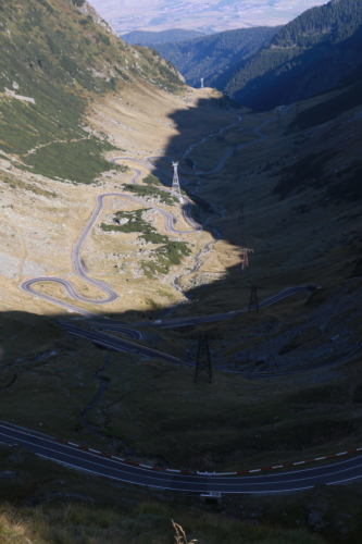 Serpentinen durch das Gebirge Rumänienes
