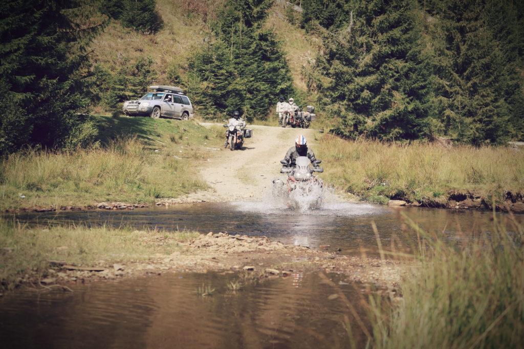 Honda Motorrad fährt durch Fluss